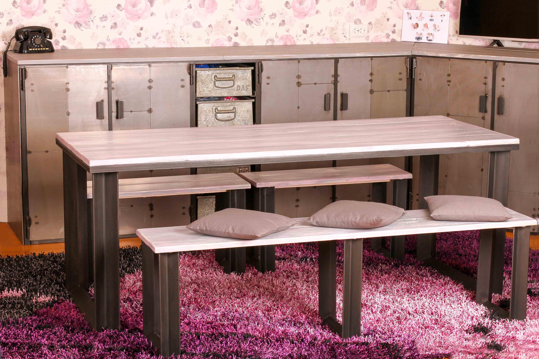 Tafel en bankjes en industriele ijzeren kast in fotostudio